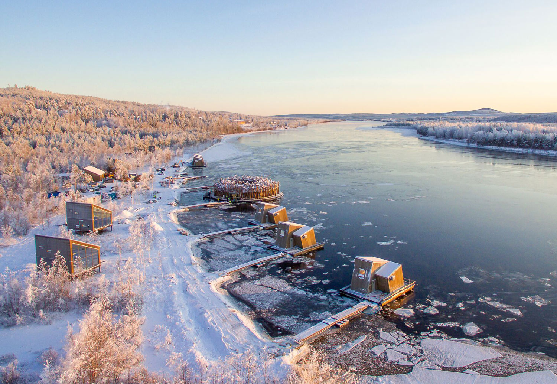 Flytande hotell i vinterskrud